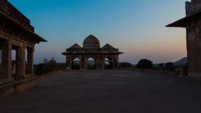 Terrass av den Jahaz Mahal slotten i aftonljus Fotografering för Bildbyråer