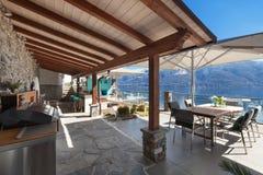 Terrass av ett lyxigt hus arkivfoton