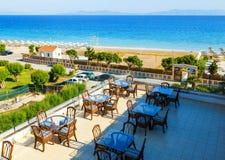 Terrass av restaurangen av semesterorthotellet med exponeringsglastabeller med havssikt arkivbild