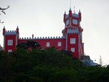 Terrass för Pena slottrosa färger och klockatorn på Sintra, Portugal Arkivfoton