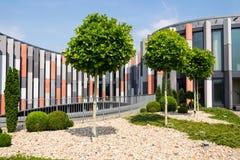 Terrass för takträdgård med säkerhetsbrytare för brisesoleilsol på den moderna kontorsbyggnadfasaden, värmeskydd, global uppvärmn royaltyfri fotografi