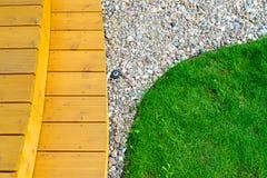 Terrass i formell trädgård efter den ljusa makttvagningen - - grön gräsmatta Royaltyfri Bild