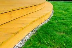 Terrass i formell trädgård efter den ljusa makttvagningen - - grön gräsmatta arkivfoton