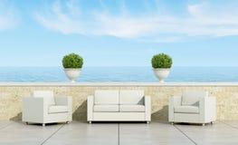 Terrass med den vita soffan och fåtöljer Royaltyfria Bilder