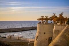 Terrass med paraplyer på havssida Royaltyfri Bild
