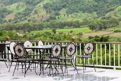 Terrass med tabeller och stolar Royaltyfria Bilder