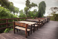 Terrass med tabeller och stolar Royaltyfri Bild