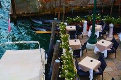 Terrass och gondoler i Venedig, Italien Royaltyfri Fotografi