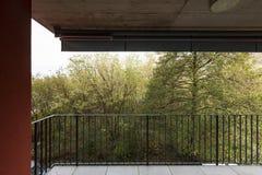 Terrass som förbiser naturen av lägenheten med röda yttre väggar royaltyfria foton