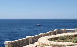 Terrasse au-dessus de la grotte bleue de Malte Images libres de droits