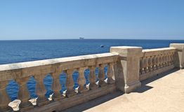 Terrasse au-dessus de la grotte bleue de Malte, l'Europe Image stock