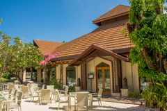 Terrasse avec des chaises et des tables près du restaurant à l'île tropicale Photographie stock