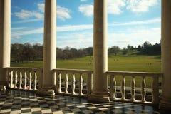 Terrasse avec des colonnes faisant face au parc Images stock