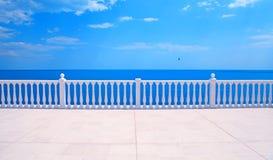 Terrasse avec la balustrade donnant sur la mer Photographie stock