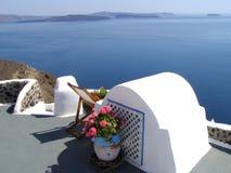 Terrasse avec la vue de mer, Santorini Photographie stock libre de droits