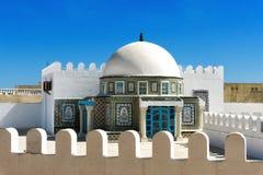 Terrasse avec les mosaïques colorées dans Kairouan, Tunisie photos libres de droits