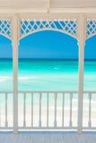 Terrasse avec vue sur une plage tropicale au Cuba Image libre de droits