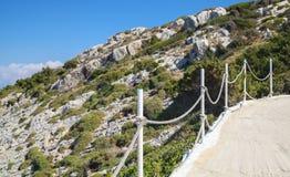 Terrasse côtière avec la barrière à chaînes La Grèce Photographie stock