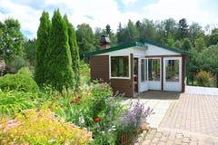 Terrasse d'été sur le secteur de jardin Images stock