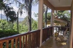 Terrasse dans les montagnes traditionnelles pour apprécier la brise fraîche image libre de droits