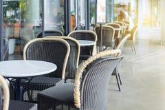 Terrasse de café avec des tables et des présidences Images libres de droits