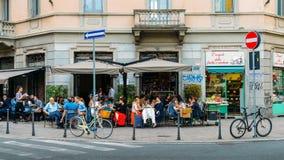 Terrasse de café de coin de la rue dans le secteur de Porta Venezia de Milan, Lombardie, Italie photographie stock