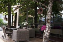 Terrasse de café dans l'ombre Image stock