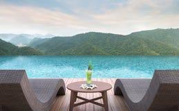 Terrasse de piscine avec l'image de rendu du Mountain View 3d Photos libres de droits