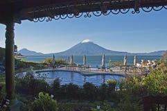 Terrasse de ressource avec le volcan images stock