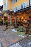 Terrasse de restaurant décorée des usines pour Noël dans Garmisch Partenkirchen Photos libres de droits