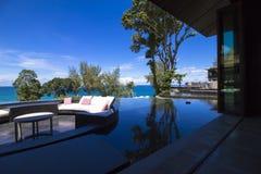 Terrasse de Sofa Cushion sur la piscine Image stock