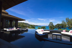 Terrasse de Sofa Cushion sur la piscine Images stock