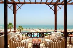 Terrasse de vue de mer à l'hôtel de luxe photographie stock libre de droits