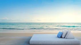 Terrasse de vue de mer avec le lit de l'hôtel de luxe de plage banque de vidéos