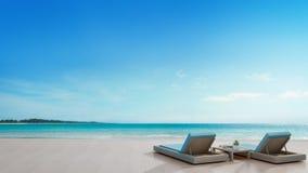 Terrasse de vue de mer et lits dans la maison de plage de luxe moderne avec le fond de ciel bleu, chaises longues sur la plate-fo Images libres de droits