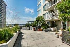 Terrasse der Stadtwohnung am sonnigen Sommertag in Seattle Lizenzfreie Stockfotos