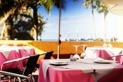 Terrasse des Küstenrestaurants Stockfotos