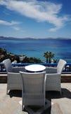 Terrasse, die das Ägäische Meer übersieht Stockbild