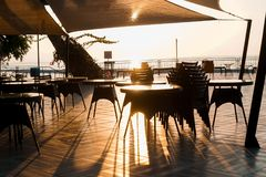 Terrasse durch das Meer unter Sonnenuntergang Lizenzfreies Stockfoto