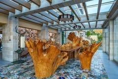 Terrasse eines Luxuslandhauses mit einem Holzmöbel Lizenzfreie Stockfotos