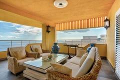 Terrasse eines Luxuslandhauses mit Gebirgs- und Seeansicht Lizenzfreies Stockfoto