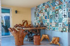 Terrasse eines Luxuslandhauses mit hölzernen stilvollen Möbeln Stockbild