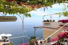 Terrasse eines Restaurants auf der Amalfi-Küste Stockfotografie