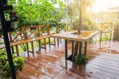 Terrasse en bois en dehors de la maison dans la saison des pluies images libres de droits