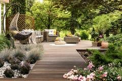 Terrasse en bois entourée par la verdure image stock