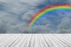 Terrasse en bois et ciel bleu avec l'arc-en-ciel Photo libre de droits