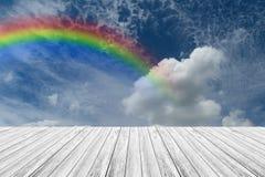 Terrasse en bois et ciel bleu avec l'arc-en-ciel Images libres de droits