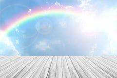 Terrasse en bois et ciel bleu avec l'arc-en-ciel Images stock