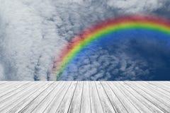 Terrasse en bois et ciel bleu avec l'arc-en-ciel Photos libres de droits