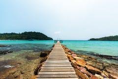 Terrasse en bois pour la relaxation à la plage image stock